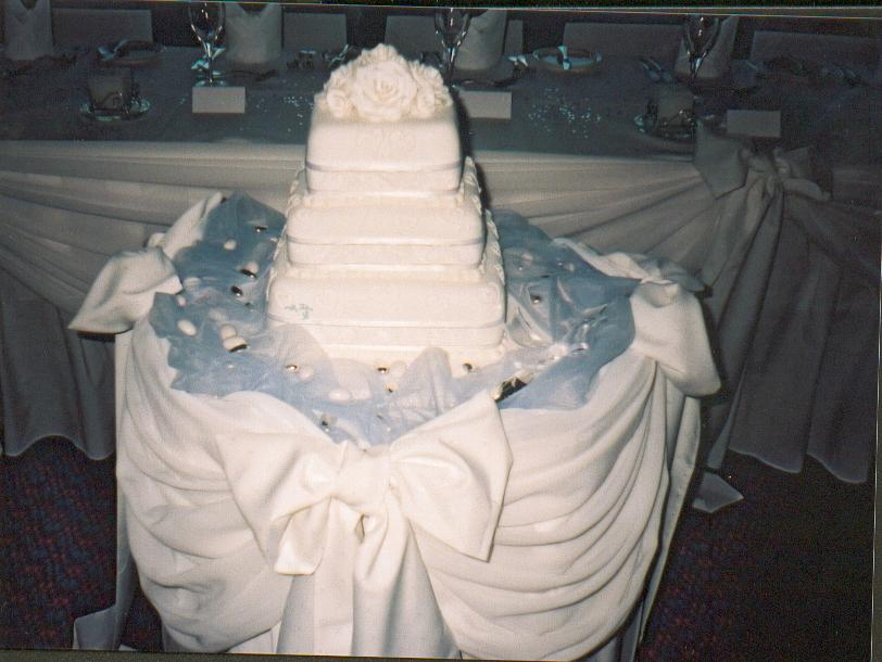A wedding cake; Actual size=180 pixels wide